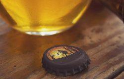 水滴效果啤酒瓶盖品牌Logo设计样机模板