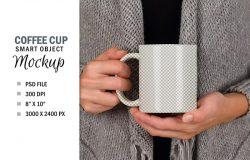 女士手捧咖啡杯设计样机