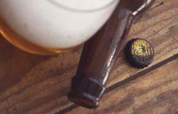 水滴效果啤酒瓶盖Logo展示设计样机模板