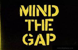军事工业风格无衬线英文字体 Stencil font Mind the Ga