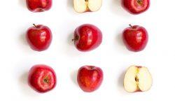 苹果的无缝图案。热带抽象背景白色背景上的红苹果水果。