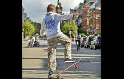 滑板青少年连帽衫背面设计样机模板
