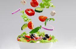 盘子里有新鲜素食沙拉