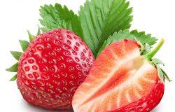 带叶子的草莓。孤立在白色背景下。