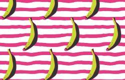 在条纹背景上涂鸦香蕉。无缝图案。