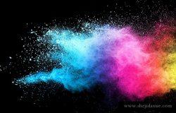 蓝色和粉红色粉末在黑色背景上爆炸的冻结运动。