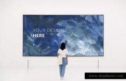 博物馆画廊海报油画作品展示画框样机 Woman in Museum Gallery frame Mockup